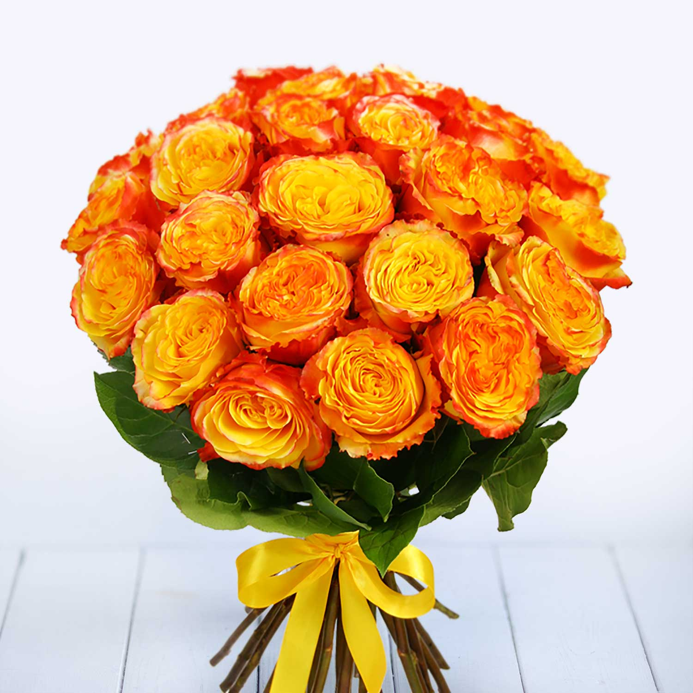 классифицирует букет из красных и желтых роз фото тонировании