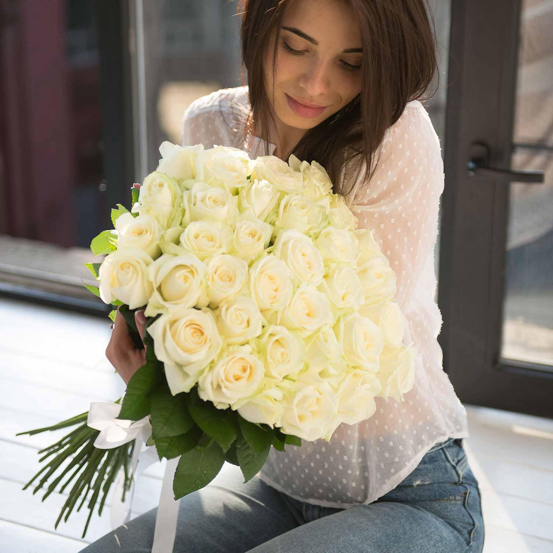 Картинки у девушки белые розы